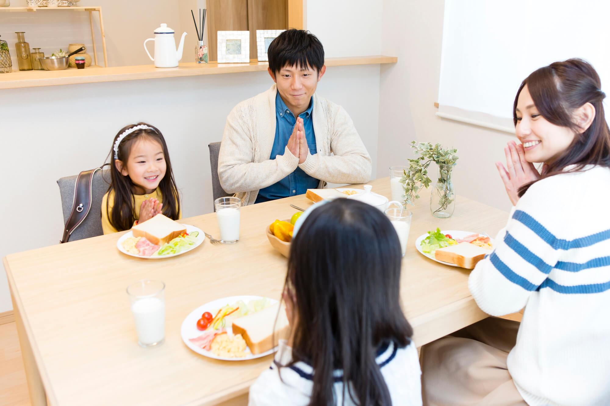 食事前の家族
