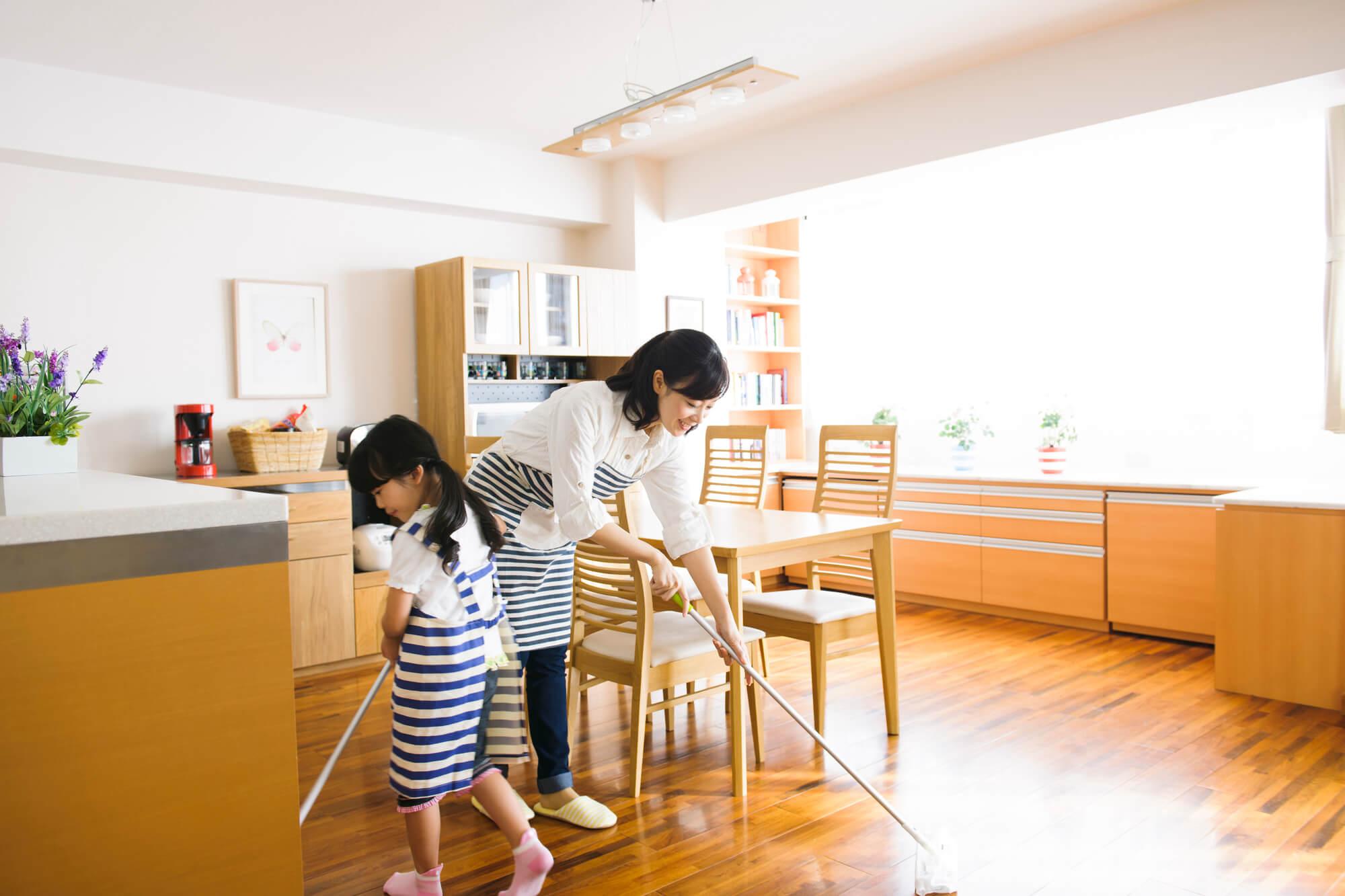 掃除する親子