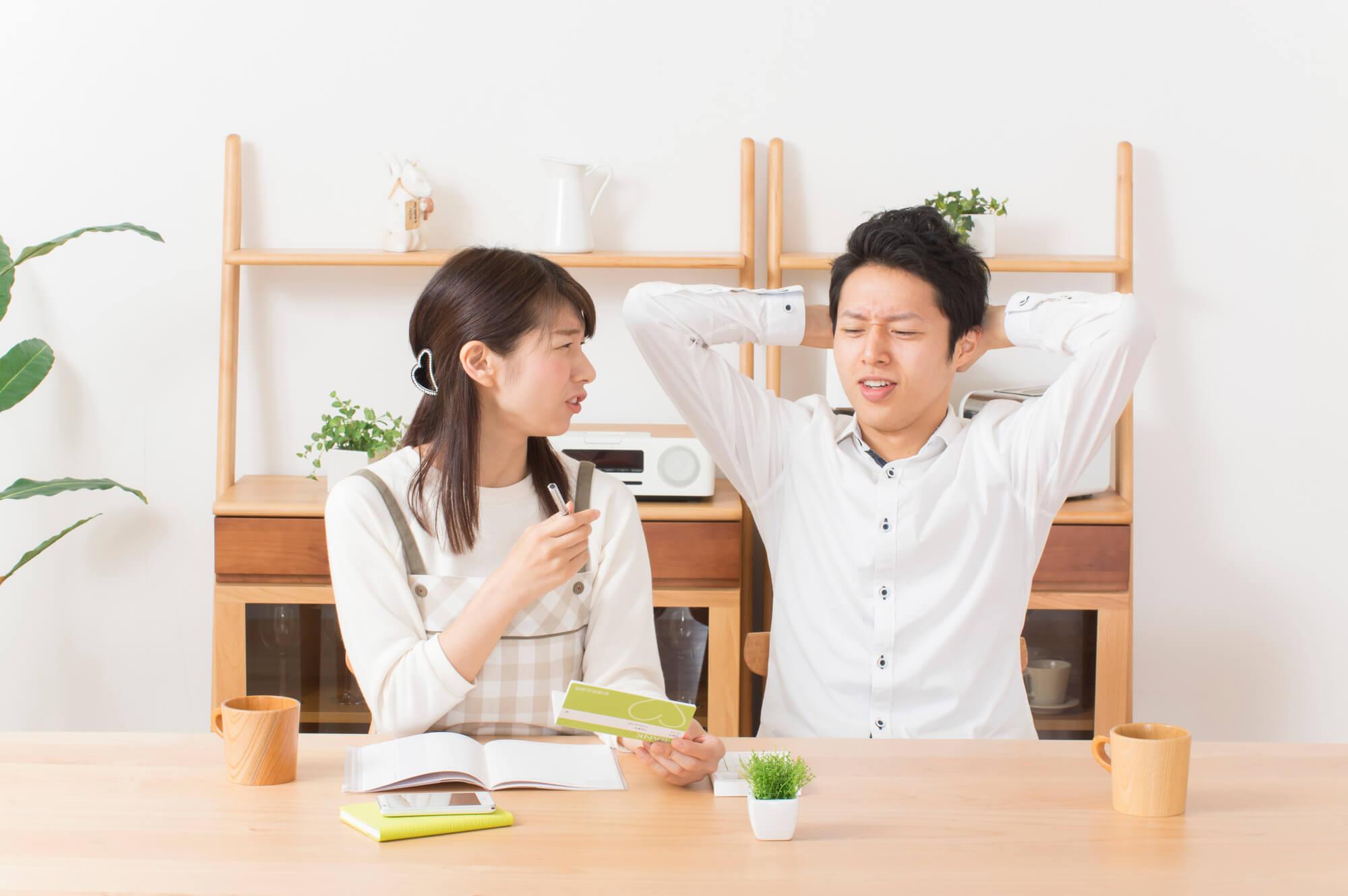 考える若い夫婦