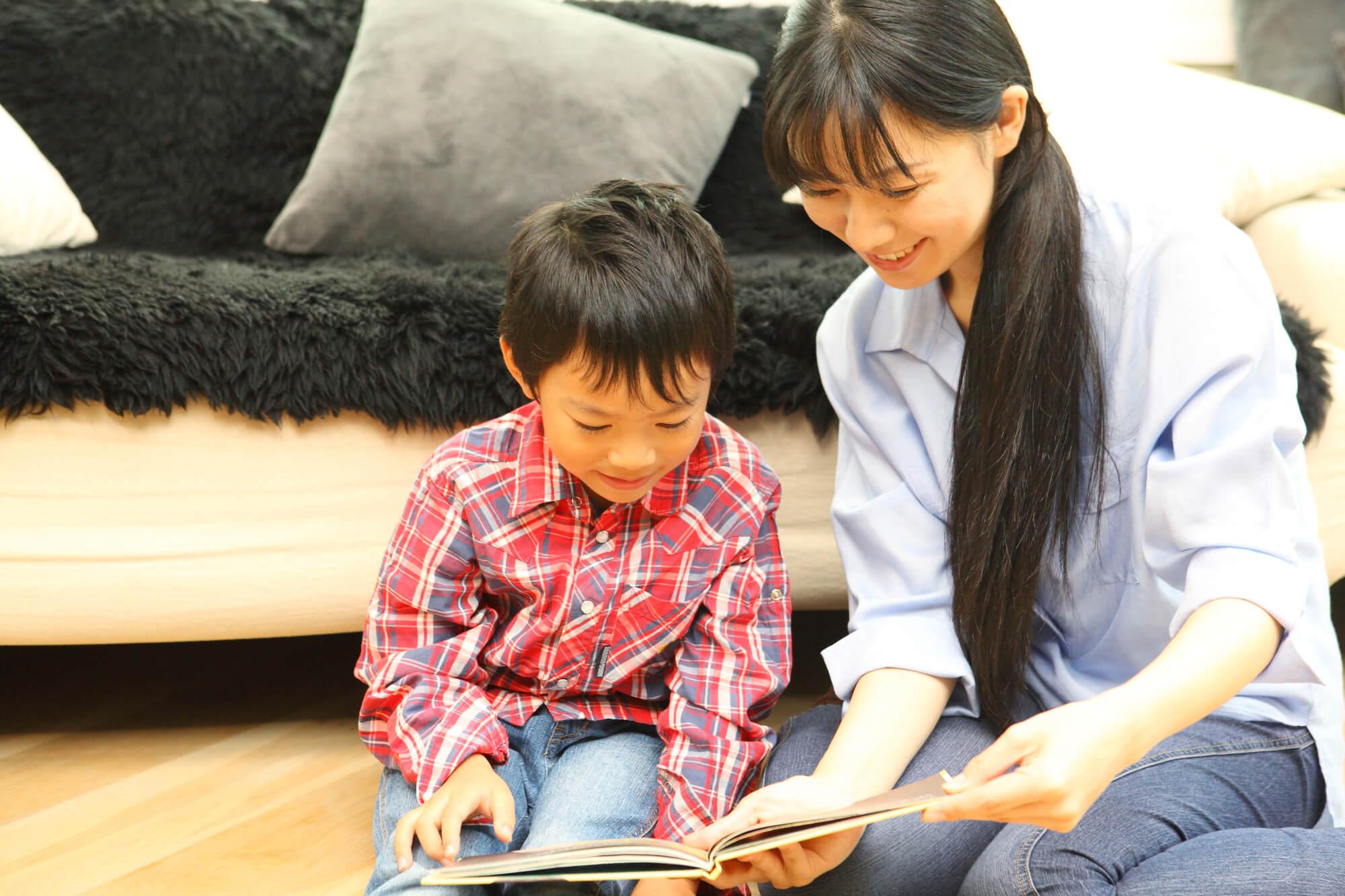 読書する親子