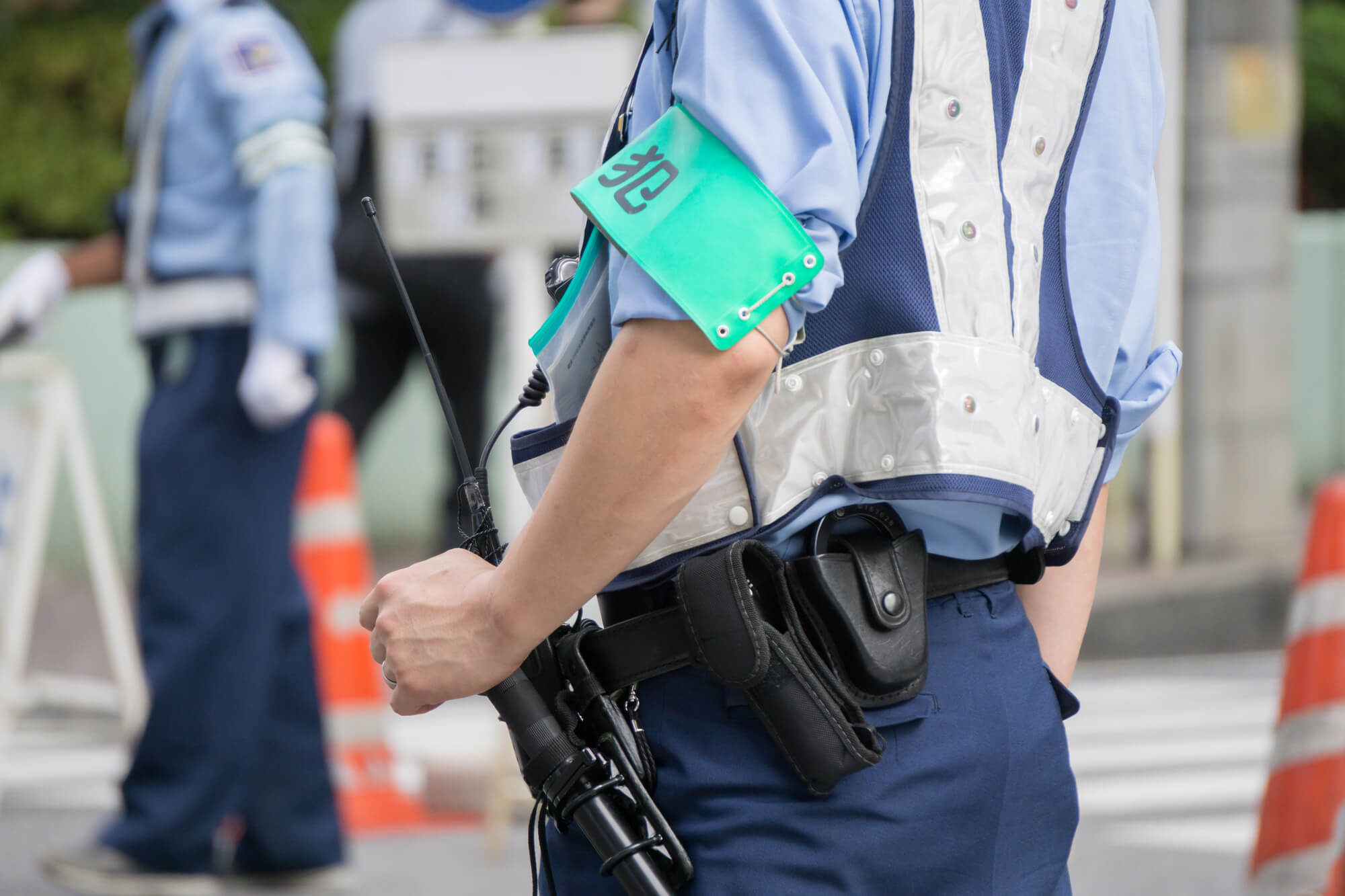 警備に当たる警察官