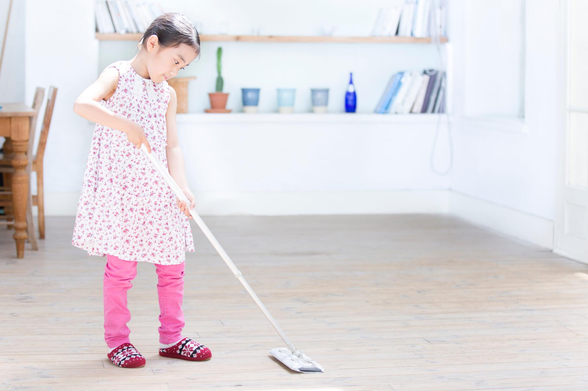 掃除する子ども