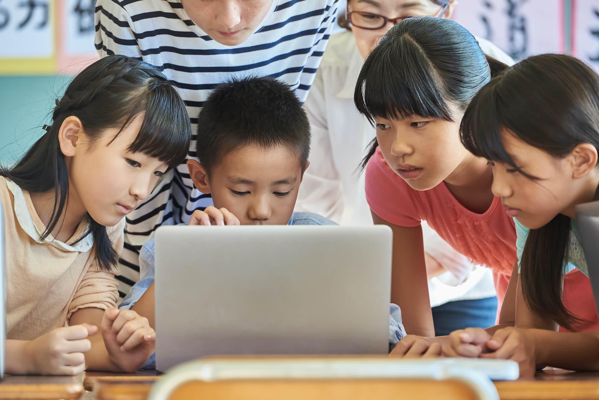 パソコンを使った授業を受ける子ども