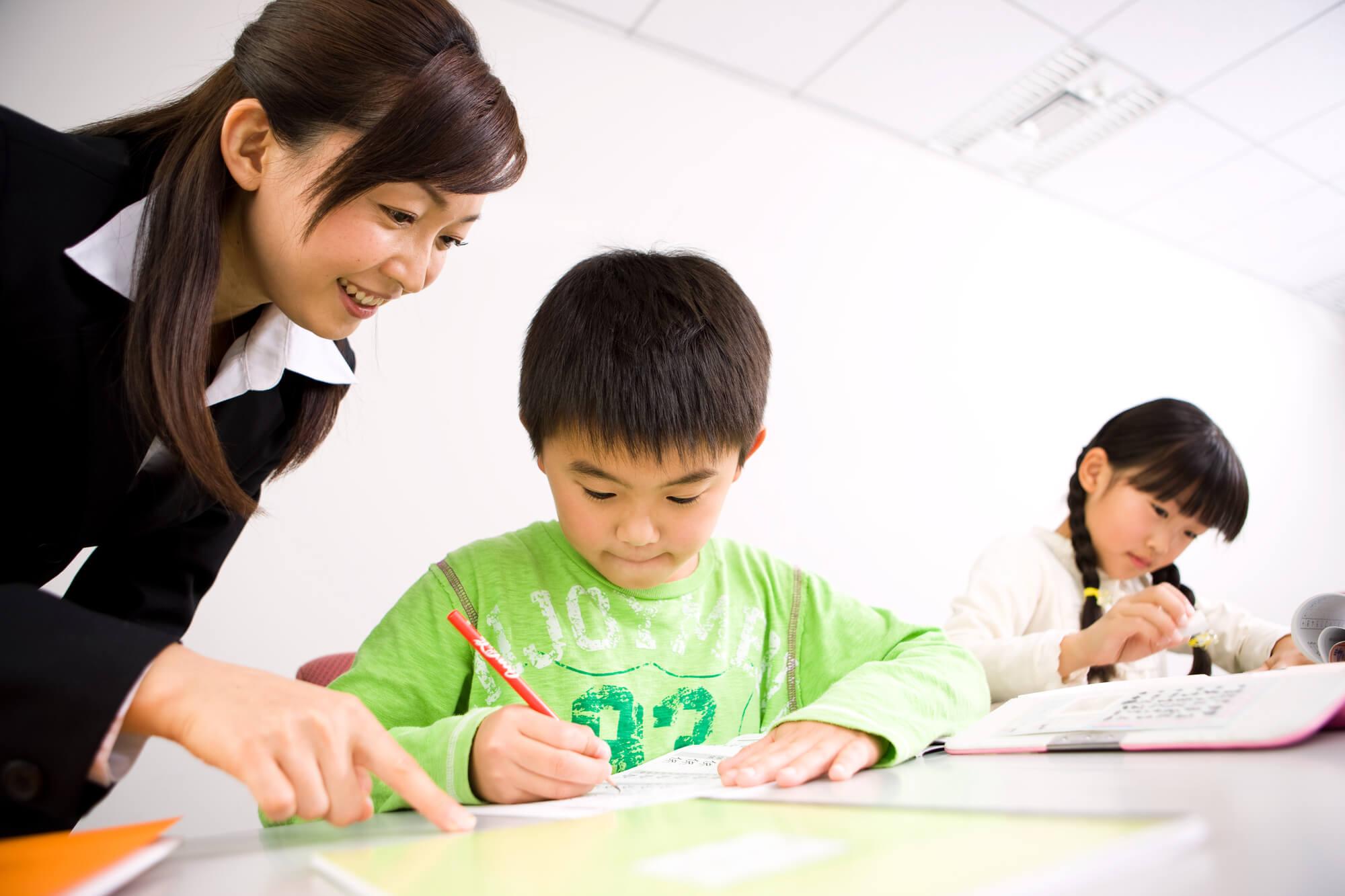 授業を受ける小学生