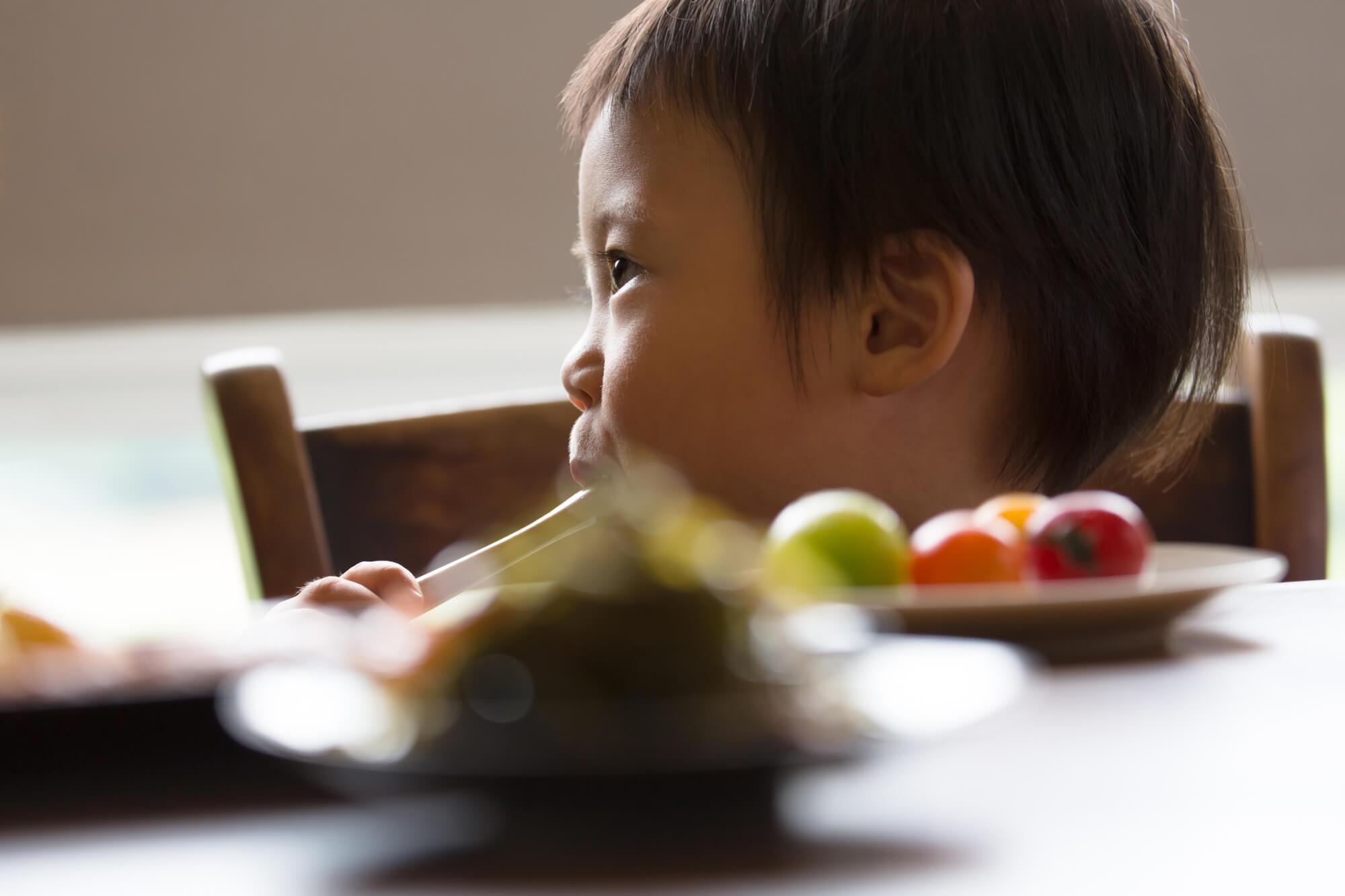 食事中の幼児