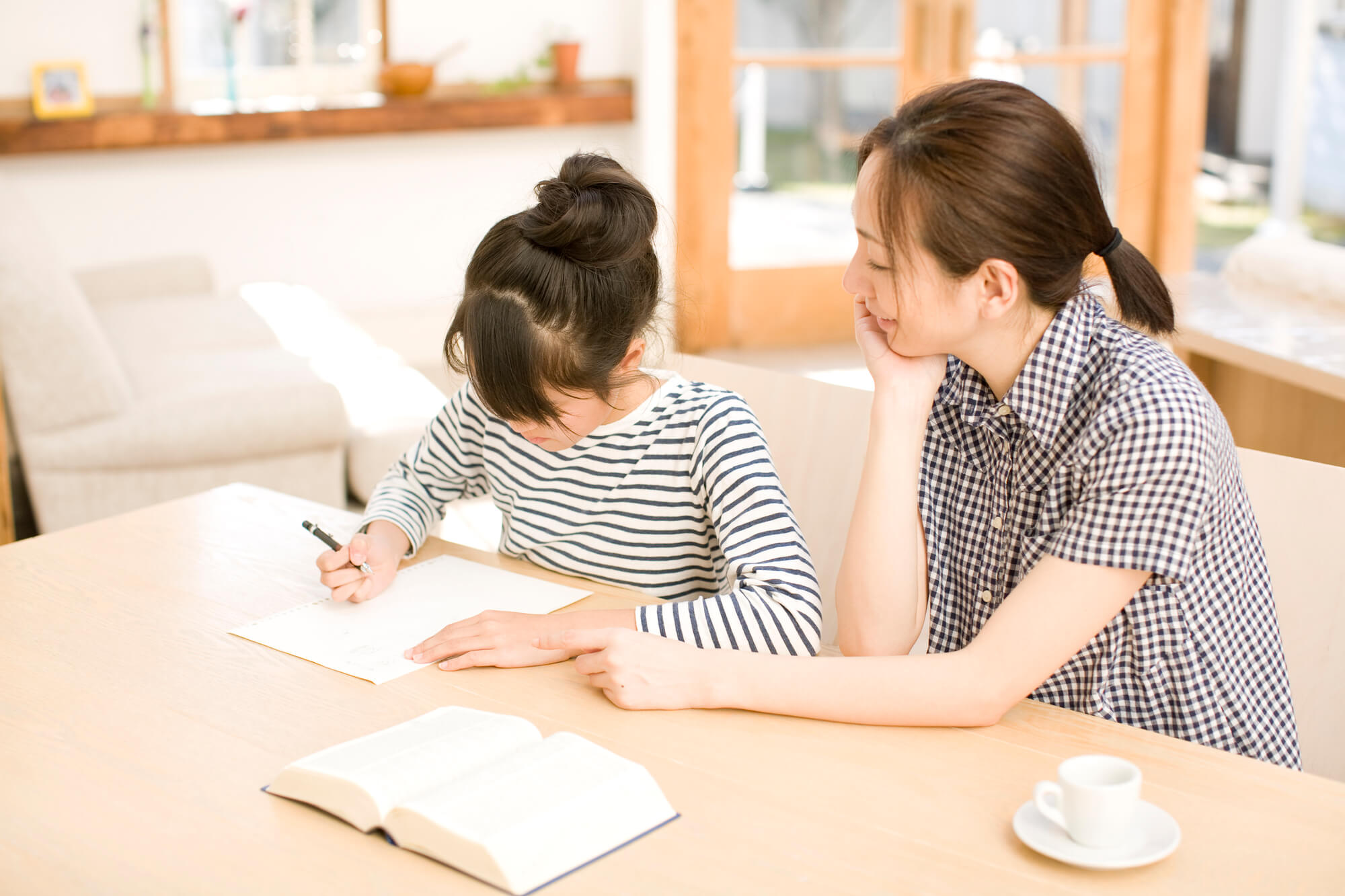 子どもの勉強をみる親