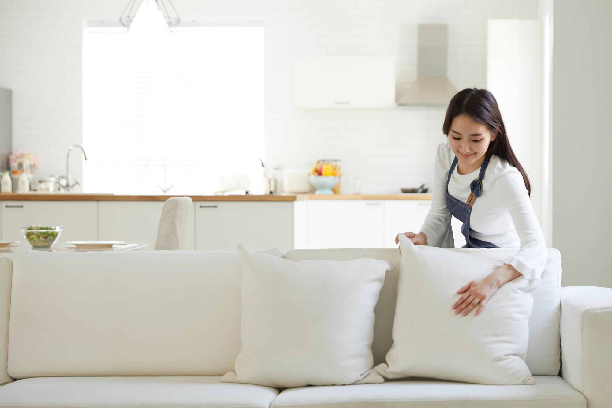 ソファを整える女性
