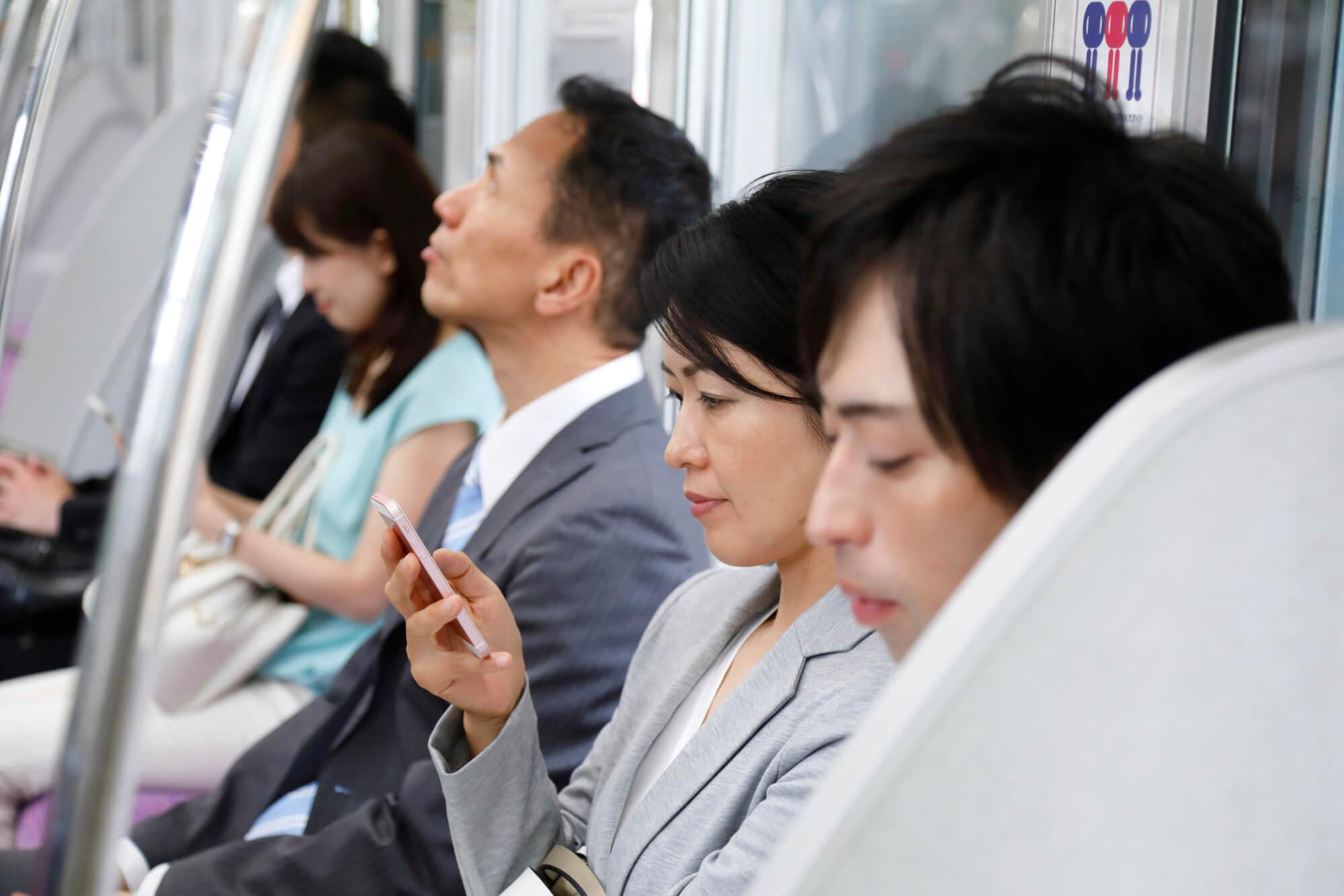 通勤電車内の風景