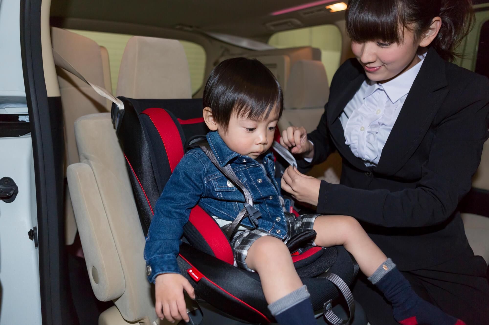 シートベルトに乗る子供