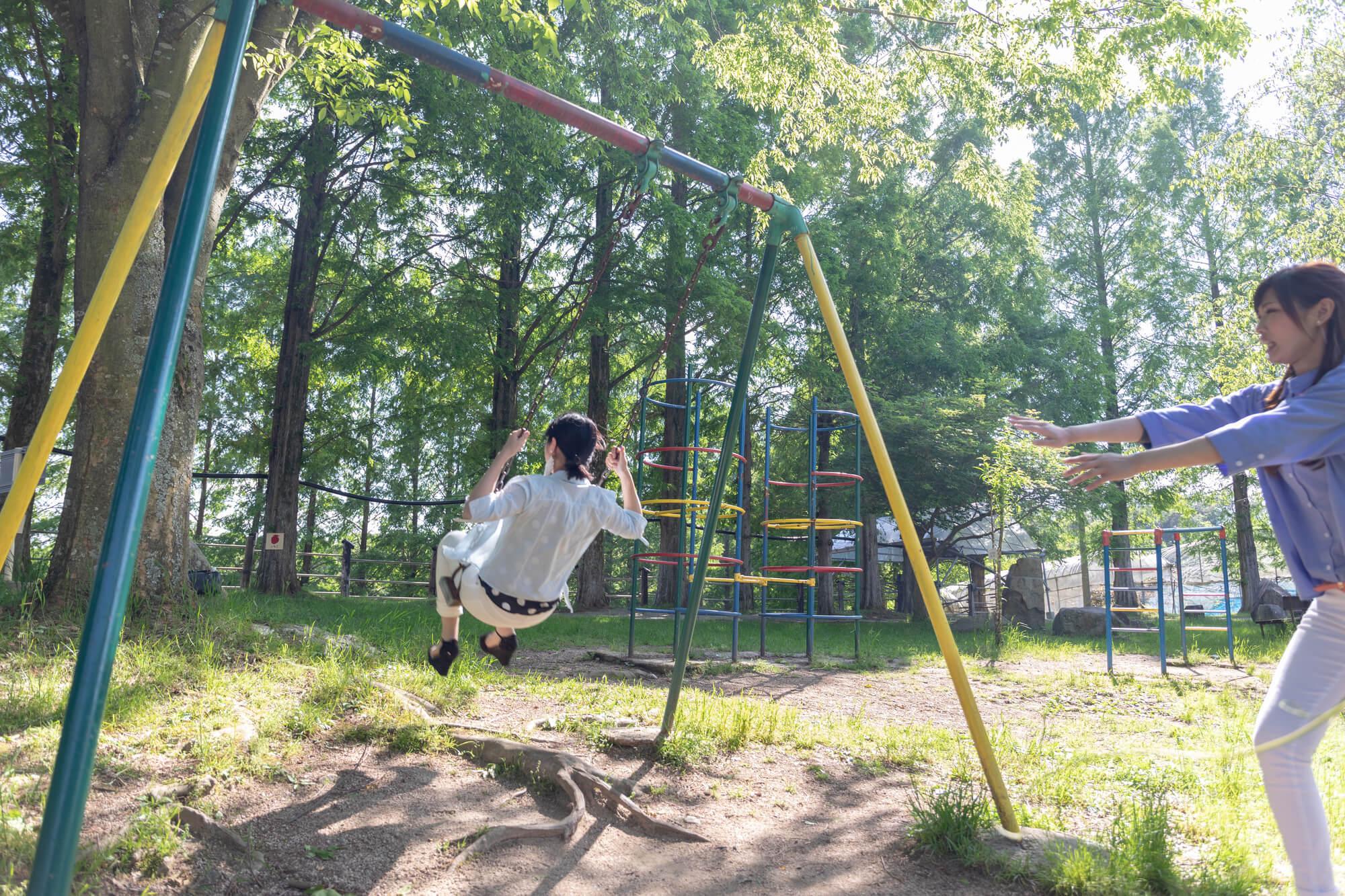 公園で遊ぶ女性たち