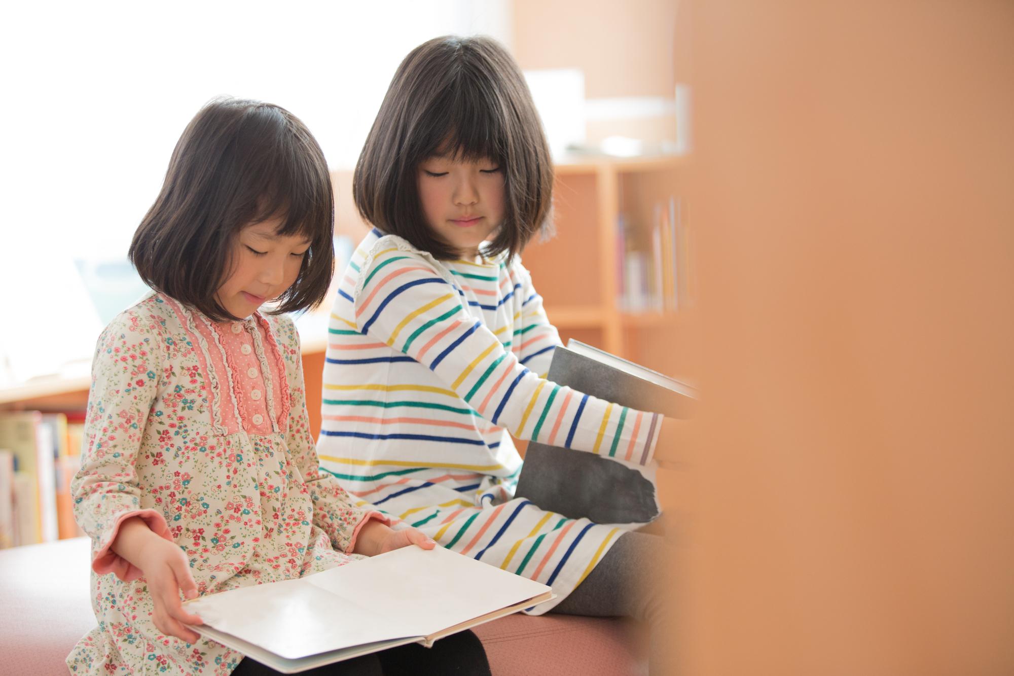 図書館で本を読む子どもたち
