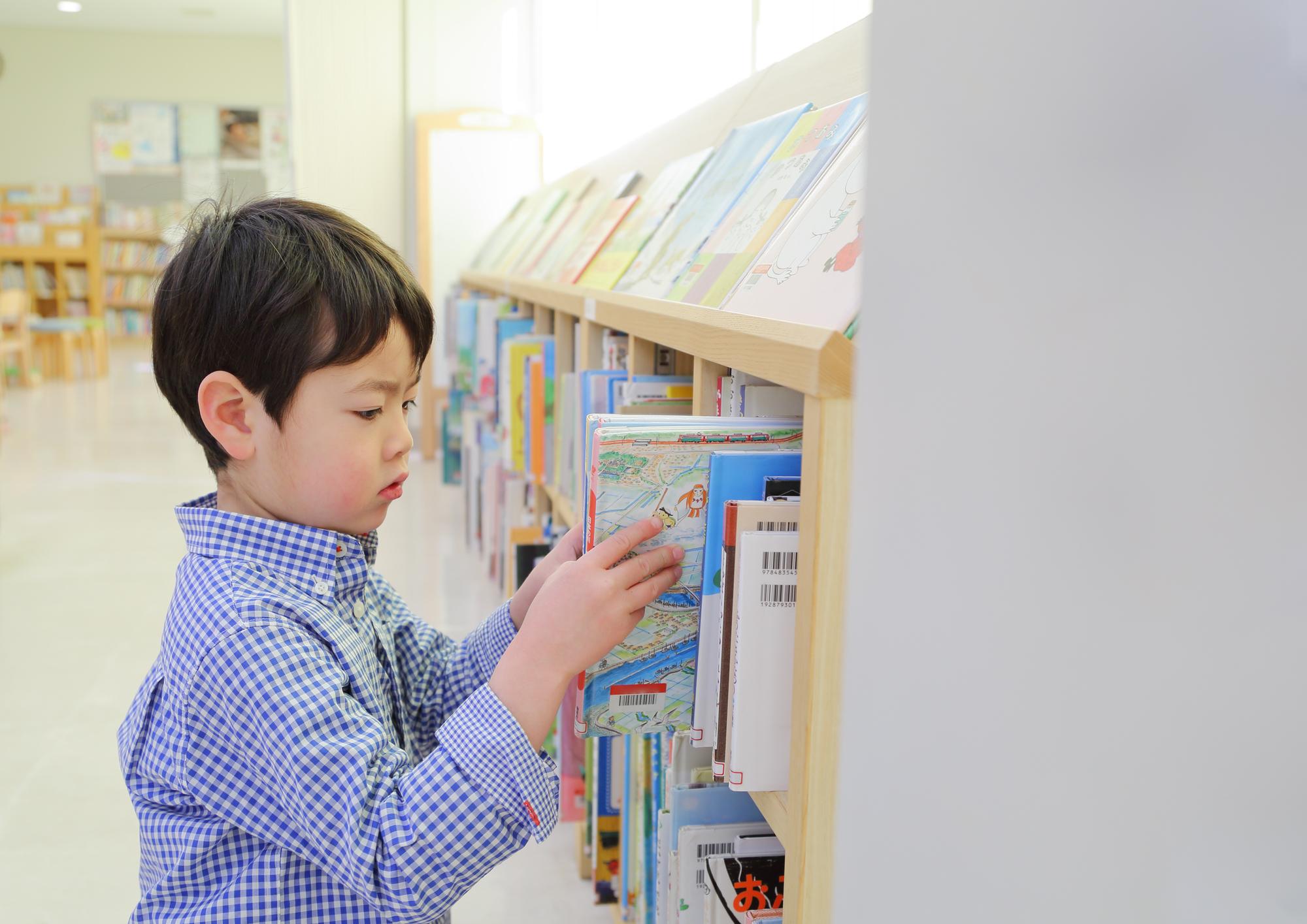 図書館で本を選ぶ子ども