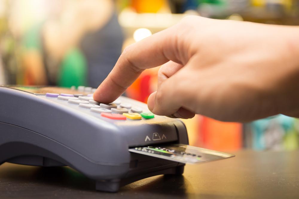 キャッシュカードの暗証番号を押す