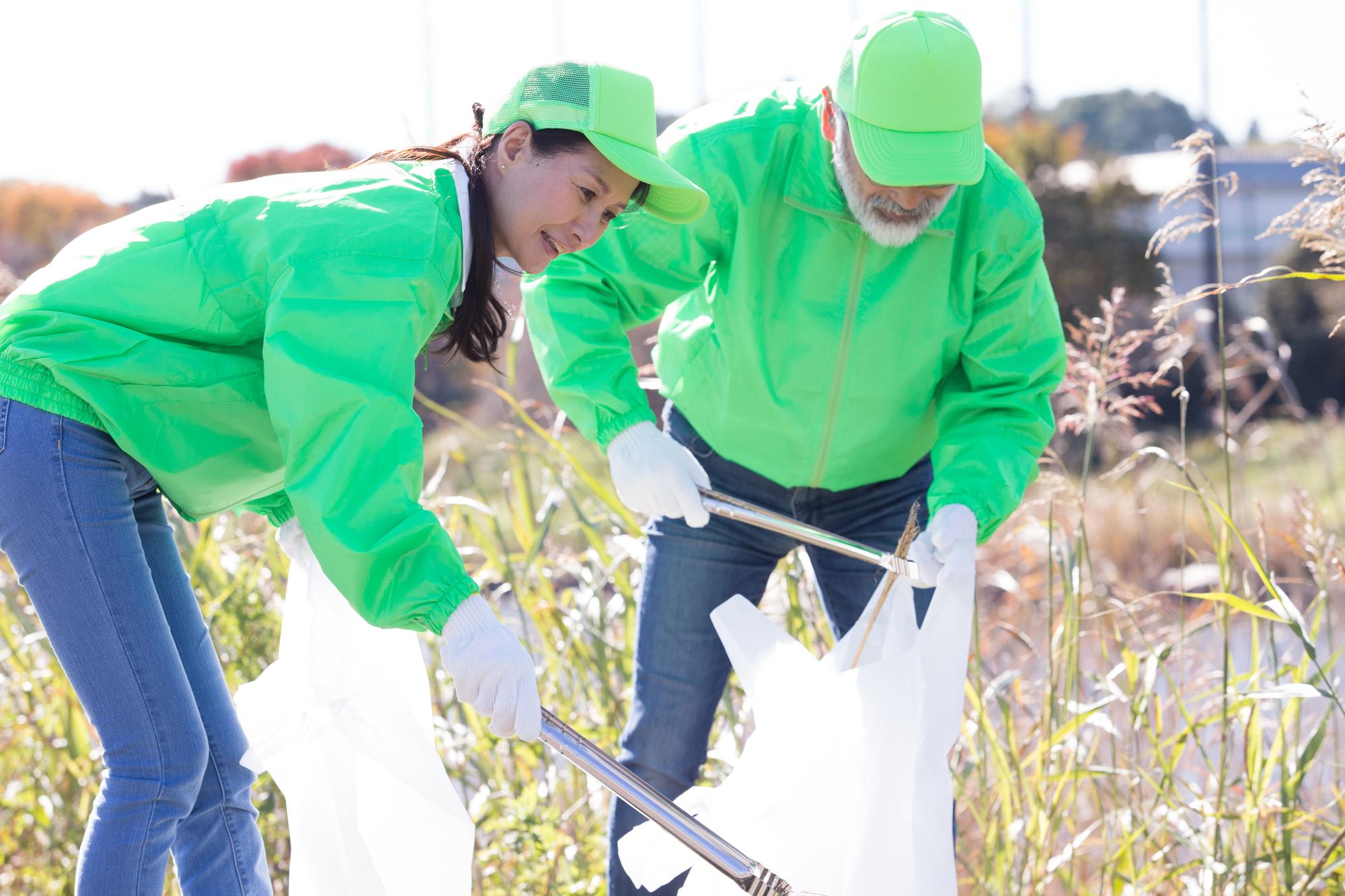 ゴミ拾いをするボランティアの人達