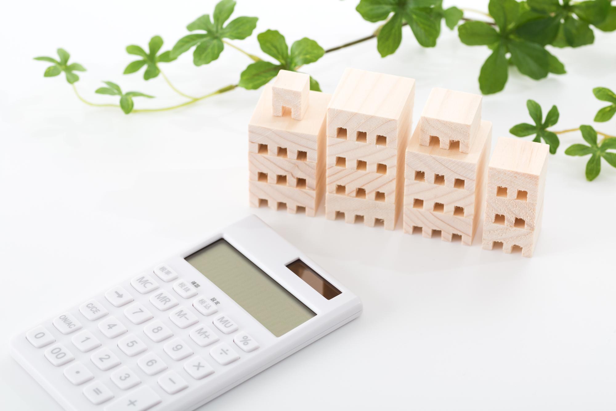 ビルの模型と電卓