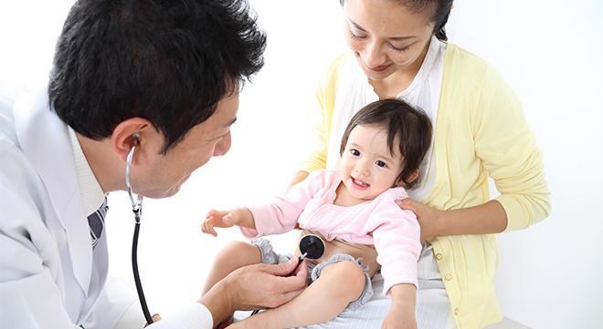 診察を受ける赤ちゃん