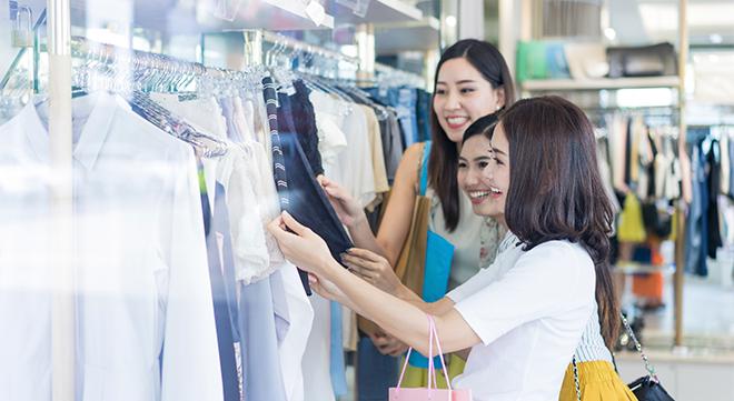 洋服を眺める女性たち