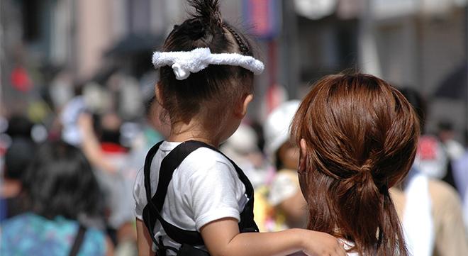 子を抱く女性
