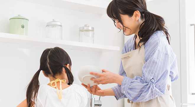 子に料理を教えてあげる母