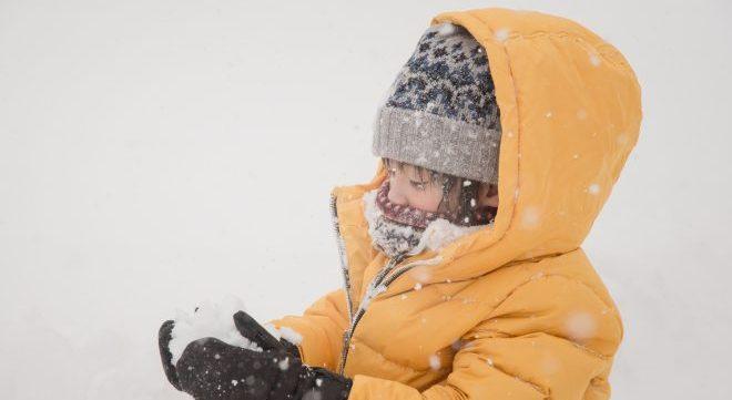 雪玉作る男