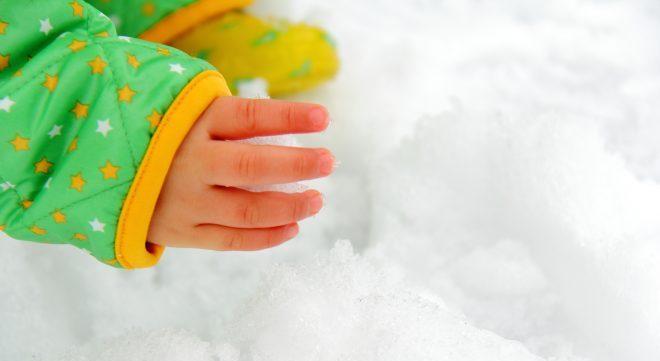 雪を触る手