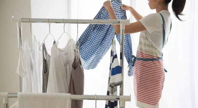洗濯物干す女性②