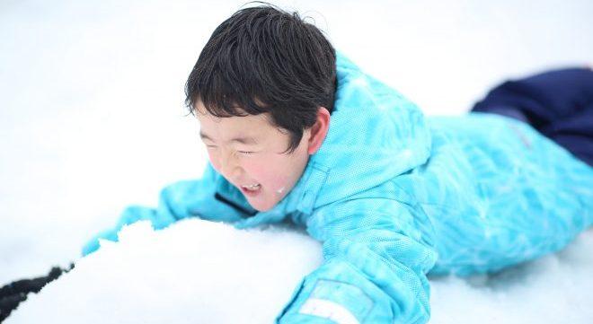 雪に飛び込む男