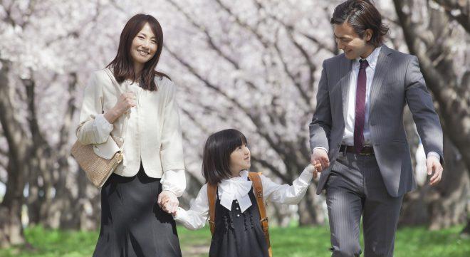 家族 手つなぎ 桜