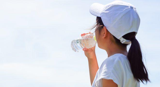 水呑む女性
