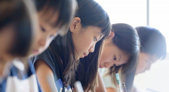 女子生徒 勉強